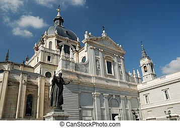 catedral, de, almudena, con, el, estatua, de, papa, juan,...