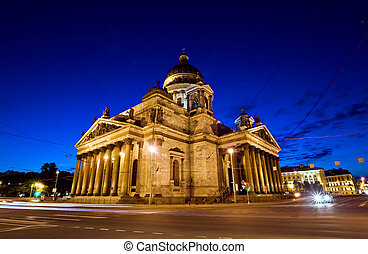 Vista lateral de la Catedral de San Isaac en San Petersburgo, Rusia durante la ?poca de las noches blancas.