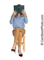 cativado, esperto casual, leitura mulher, enquanto, sentando