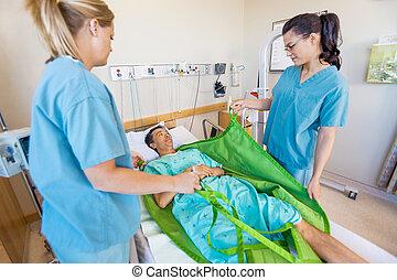 caucásico, enfermeras, preparando, macho, paciente, antes, transferir, él, en, elevador hidráulico, en, habitación de hospital