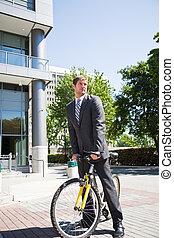 caucásico, hombre de negocios, cabalgar bicicleta