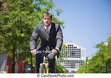 caucásico, hombre de negocios, montar una bicicleta