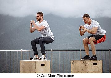 caucásico, macho, atlético, amigos, hacer, caja, salto, al aire libre, encima de, el, mountain.