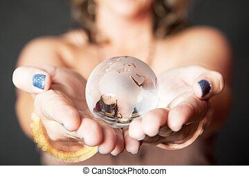 caucásico, valor en cartera de mujer, vidrio, mundo, orbe, en, ella, manos