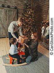caucasian ファミリー, 若い, 暖炉, 木, お母さん, クリスマス, お父さん, 息子