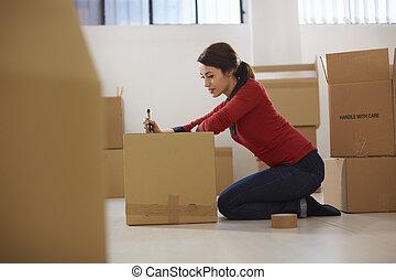 caucasian, kvinna, gripande, till, färsk, lägenhet, med, rutor