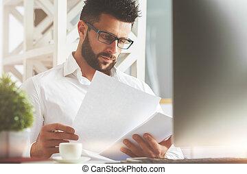 caucasiano, homem, fazendo, paperwork