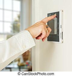 caucasiano, senhora, apertando, modernos, termostato
