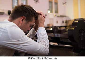 caucasico, uomo, pregare, in, church., lui, ha, problemi, e, chiedere, dio, per, aiuto