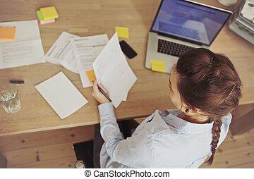 caucasien, femme affaires, travailler, les, bureau