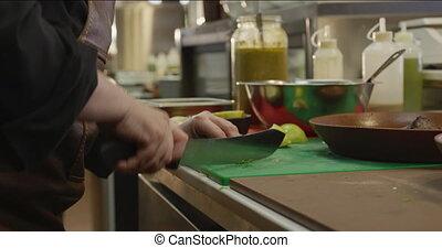 caucasien, femme, légumes, découpage