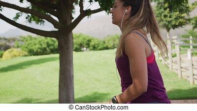 caucasien, femme, parc, étirage