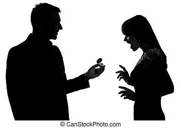 caucasien, femme, silhouette, offrande, couple, engagement, isolé, une, studio, fond, anneau blanc, surpris, homme