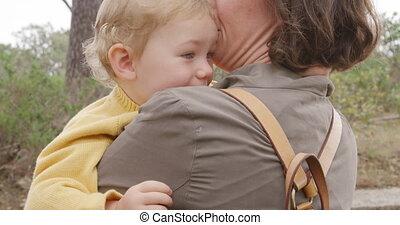 caucasien femme, tenant bébé, forêt