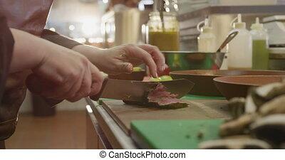 caucasien, femme, viande coupe