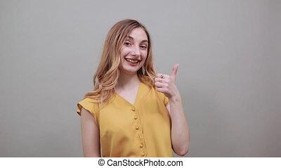 caucasien, pointage doigt, appareil photo, sourire, blond, ...