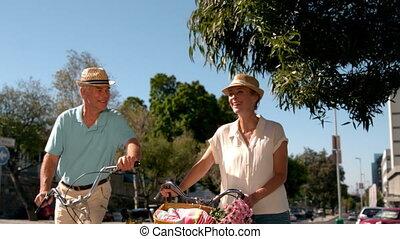 cavalcade, aller, couple, vélo, personne agee
