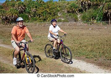 cavalcade, couple, vélo, personne agee