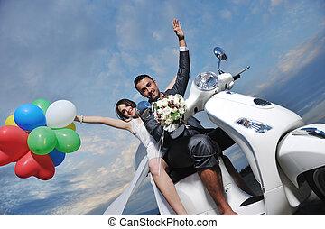 cavalcade, juste, scooter, mariés, plage blanche, couple