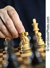 cavaleiro, em movimento, tábua, xadrez, mão
