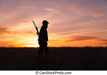 cazador, silhouetted, salida del sol