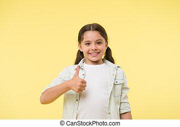 ceci, peu, aimer, beauté, exposition, look., haut, fashion., gesture., jaune, main, arrière-plan., pouces, enfant, sourire, girl, désinvolte, heureux