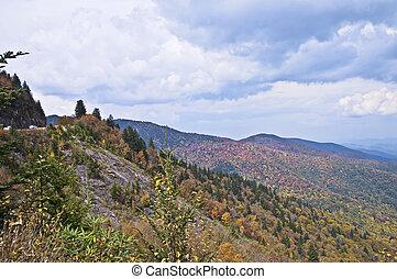 cedo, montanhas, esfumaçado, outono