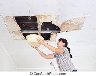 ceiling., medence, plafon, fanyergek, leakage., hibás, fiatal, tető, víz, rainwater, gyűjtés, kilyukaszt, nő, hatalmas