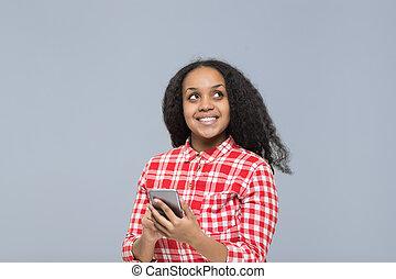 cel, vrouw, gebruik, ruimte, op, nakomeling kijkend, telefoon, amerikaan, afrikaan, glimlachen, meisje, kopie, smart, vrolijke