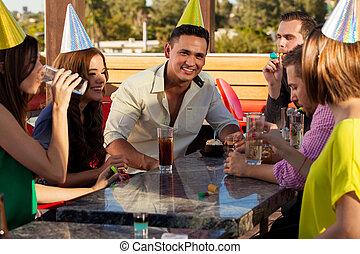 celebración cumpleaños, con, amigos