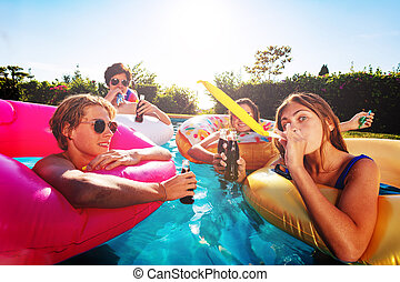 celebración, niños, piscina, noisemaker, golpe, fiesta