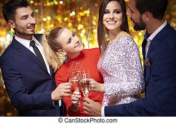 celebrando, com, um, vidro champanhe