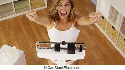 celebrando, mulher, feliz, perda peso