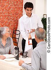 celebrando, par, aposentado, aniversário, restaurante