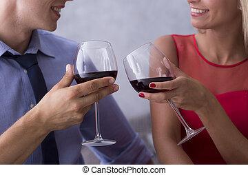 celebrando, par, jovem, vinho tinto