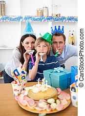celebrando, seu, animado, aniversário, son's, pais