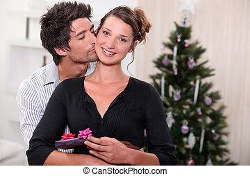 celebrar, pareja, la navidad juntos