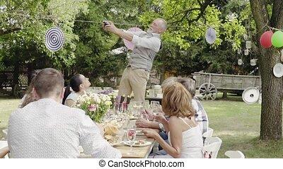 celebrazione famiglia, o, uno, ricevimento aperto, esterno, in, il, backyard.