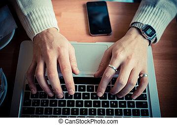 cellhpone, タブレット, 終わり, ラップトップ, wifi, の上, 接続, 手, 多重タスク処理, 使うこと, 人