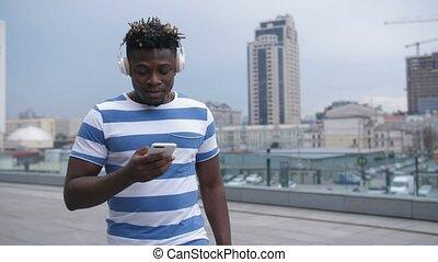 cellphone, américain, homme, gestion réseau, africaine