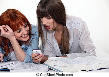 cellphone, amici ridendo