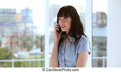 cellphone, brunette, elle, femme affaires, utilisation, heureux