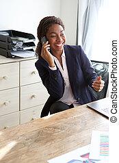 cellphone, bureau, femme affaires, jeune, conversation, noir