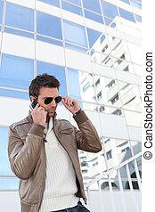 cellphone, człowiek, młody, używając, miasto
