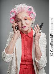 cellphone, dama, włosy, dorosły, curlers, używając, senior, sympatyczny