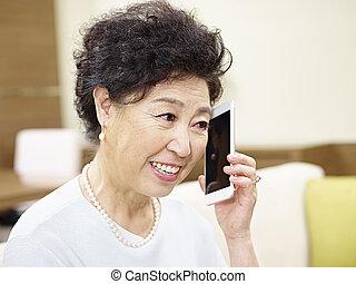 cellphone, donna senior, asiatico, parlare