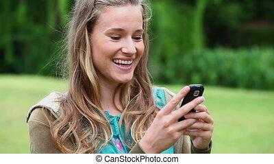 cellphone, elle, dactylographie, femme, jeune, heureux