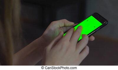 cellphone, femme, instagram, business, réussi, concept., brouter, vert, téléphone, noir, 4k, fond, utilisation, toucher, nouvelles, nourrit, video., table., écran, closeup.