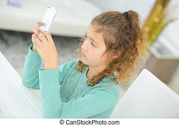 cellphone, girl, jeune, jouer