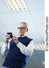 cellphone, homme affaires, lecture, mûrir, e-mails